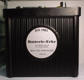 Oldtimerbatterie im schwarzen Hartgummiegehäuse